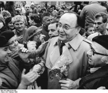 Photo: FDP-Wahlkundgebung, Genscher (c) Heinz Hirndorf, Bundesarchiv Bild 183-1990-0228-030, CC BY-SA 3.0 (https://commons.wikimedia.org/wiki/File:Bundesarchiv_Bild_183-1990-0228-030,_Erfurt,_Volkskammerwahl,_FDP-Wahlkundgebung,_Genscher.jpg)